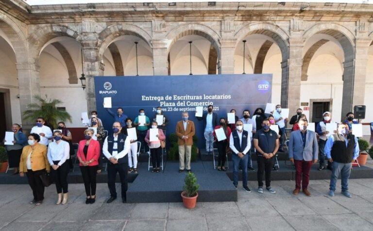 Locatarios de Plaza del Comercio Reciben escrituras